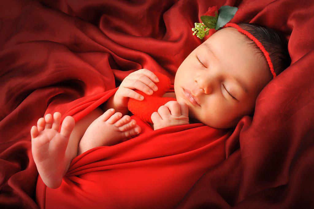 عکاسی نوزاد با تم رنگ قرمز در آتلیه کودک و نوزاد
