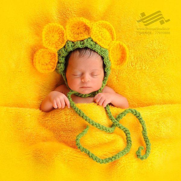 عکاسی نوزاد با تم رنگ زرد در آتلیه کودک