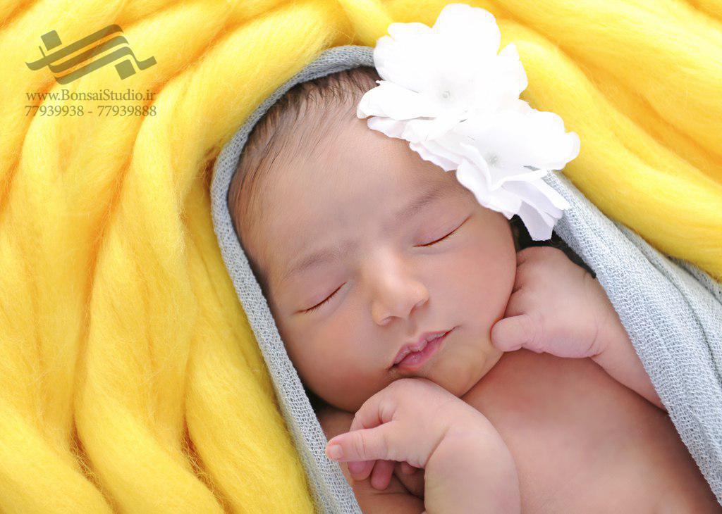 خواباندن نوزاد قبل از عکاسی نوزاد