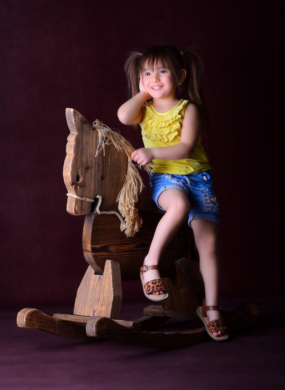 عکاسی کودک با ژست طبیعی در آتلیه عکاسی کودک