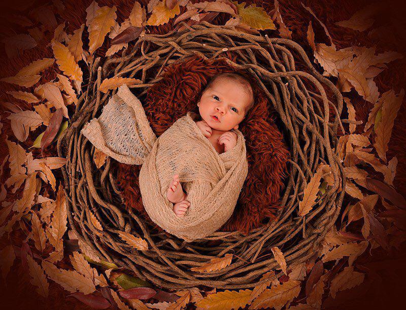 عکس نوزاد با پارچه در آتلیه کودک