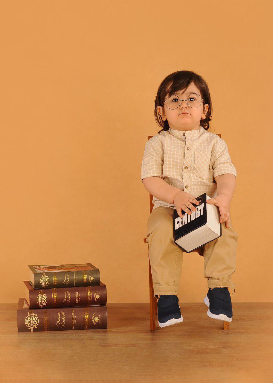 ژست عکس کودک در آتلیه کودک